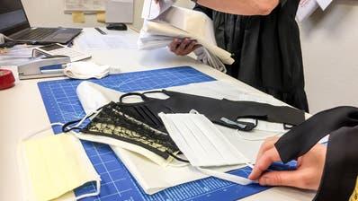 Das Atelier LU Couture hat erste Modelle für Schutzmasken entworfen. (Bild: Nadia Schärli (Luzern, 16. März 2020))
