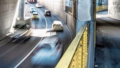 Autos auf der Stationsstrasse in Rothenburg: Anbieter von Auto-Abos spüren die höhere Nachfrage. (Bild: Pius Amrein (16. März 2020))