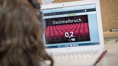 Mathematik und Co. lernen die Urner Schüler bis auf weiteres zu Hause – unter anderem am Laptop. (Symbolbild: Pius Amrein)