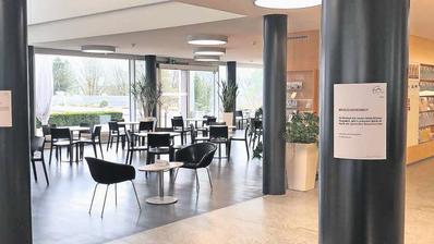 Besuchsverbot im Spital Schwyz: Tafeln am Eingang und vor der Cafeteria weisen auf die Regelung hin. (Bild: Spital Schwyz)