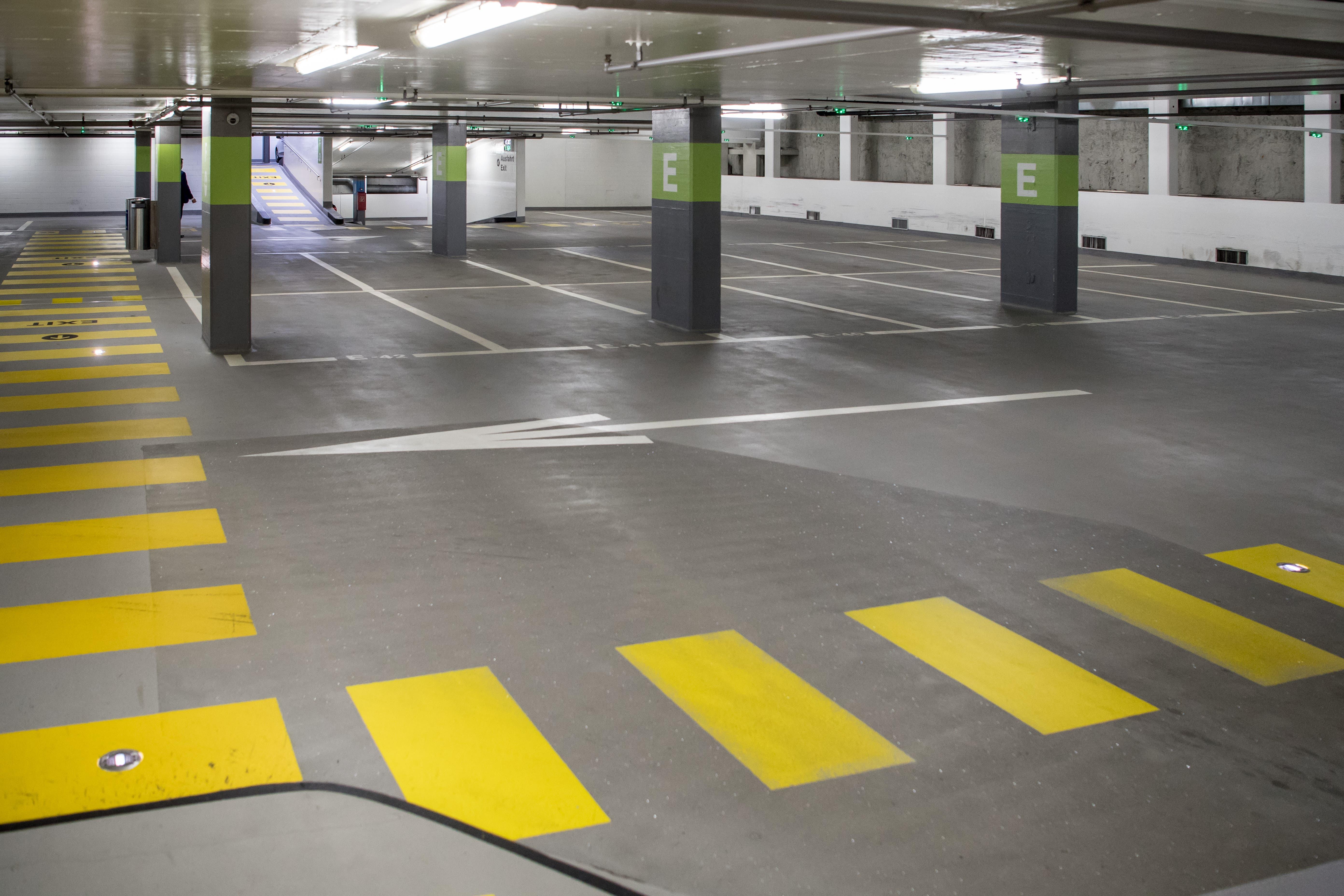 Bahnhofparking: keine Autos.