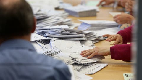 Stimmenzähler in einem Wahlbüro bei der Arbeit. ((Bild: Hansruedi Aeschbacher / OLT))