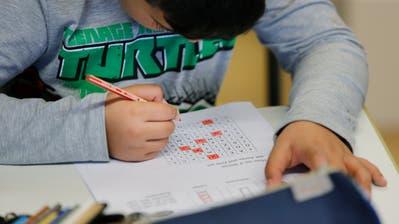 Das Material für den Fernunterricht in einer Schweizer Schule. (Bild: Marcel Bieri / Keystone, 17. März 2020)