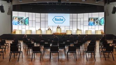 Verwaltungsratspräsident Christoph Franz spricht am Dienstag an der Generalversammlung von Roche vor praktisch leeren Rängen. (Georgios Kefalas / Keystone)