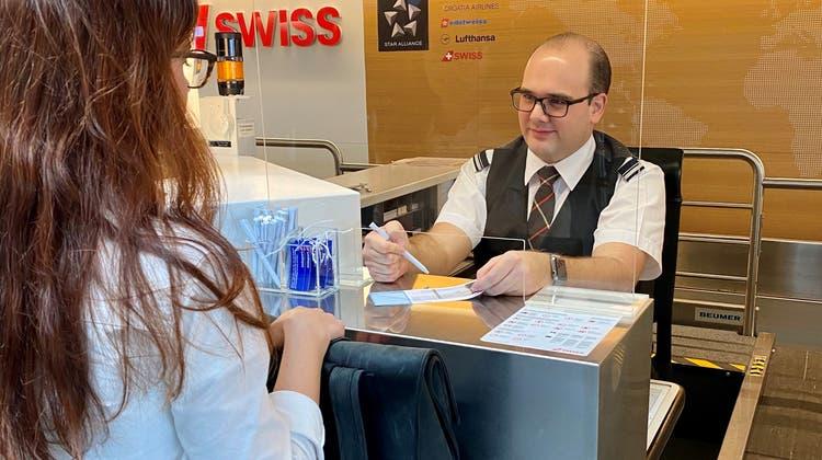 Das Flughafenpersonal ist zunehmend beunruhigt. Deshalb installiert der Flughafen rund 300 Schutzwände an denSchaltern. (Flughafen Zürich AG)