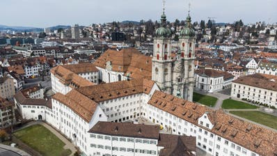 Blick auf das Stiftsgebäude: Im Vordergrund, mit dem etwas dunkleren Dach, der Klosterhof 8a. Der Mittelbau ist der Pfarr- und Verwaltungsflügel. Der Dekanatsflügel ist erkennbar am kleinen Glockenturm. Links im Bild ist der geknickteTürmliflügelzu sehen. (Bild: Ralph Ribi)