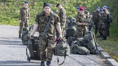 Die Soldaten des Spitalbataillons 5 treffen aus allen Teilen der Schweiz in der Kaserne Oberdorf (NW) bei Stans ein. (Keystone)