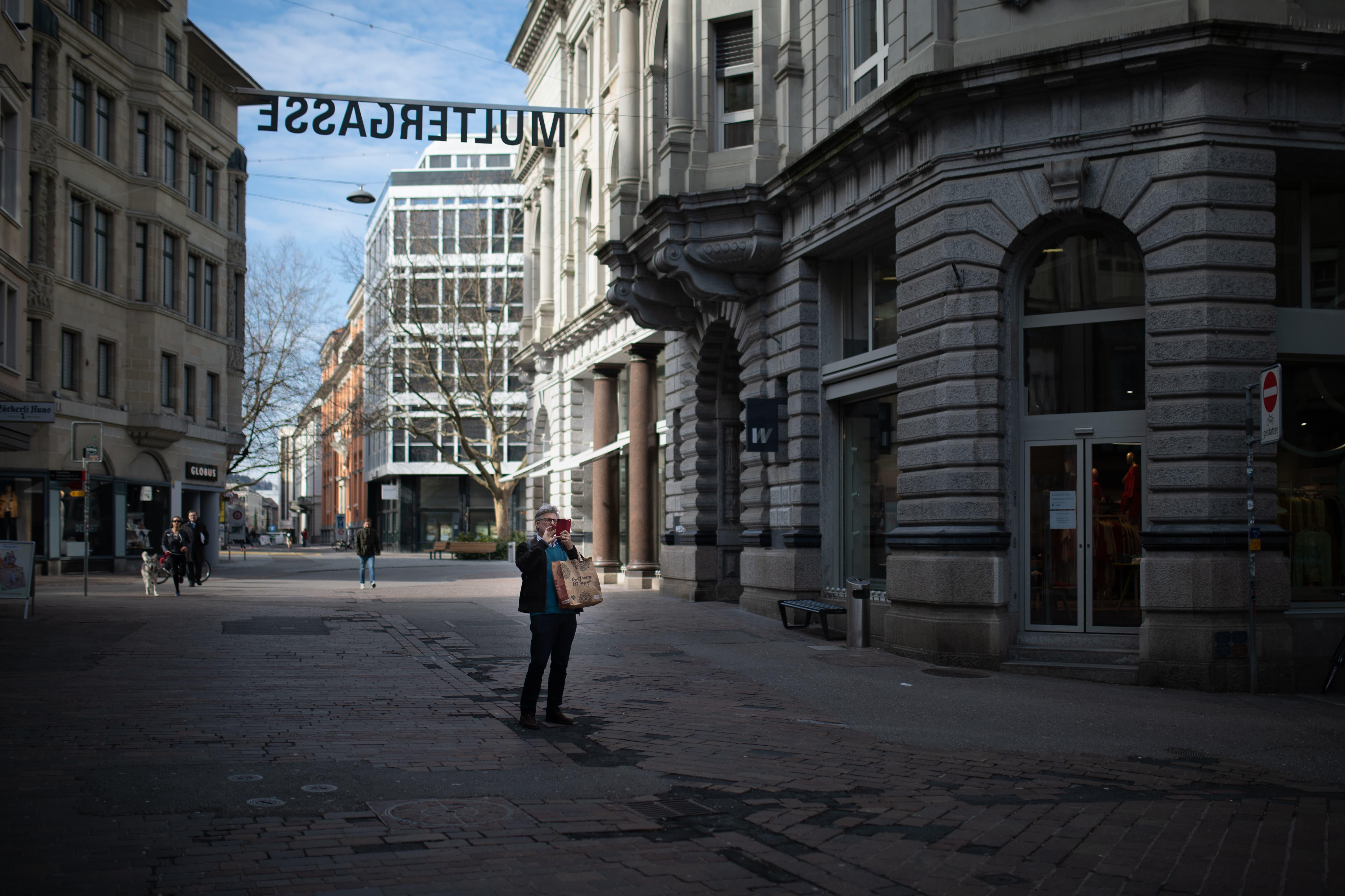 Ein Erinnerungsfoto muss sein: Das St.Galler Stadtzentrum hat sich dank der Corona-Krise geleert. Alle Restaurants und die meisten Geschäfte sind geschlossen. Damit entfallen nicht nur die üblichen Passantenströme, sondern auch der Anlieferungsverkehr.