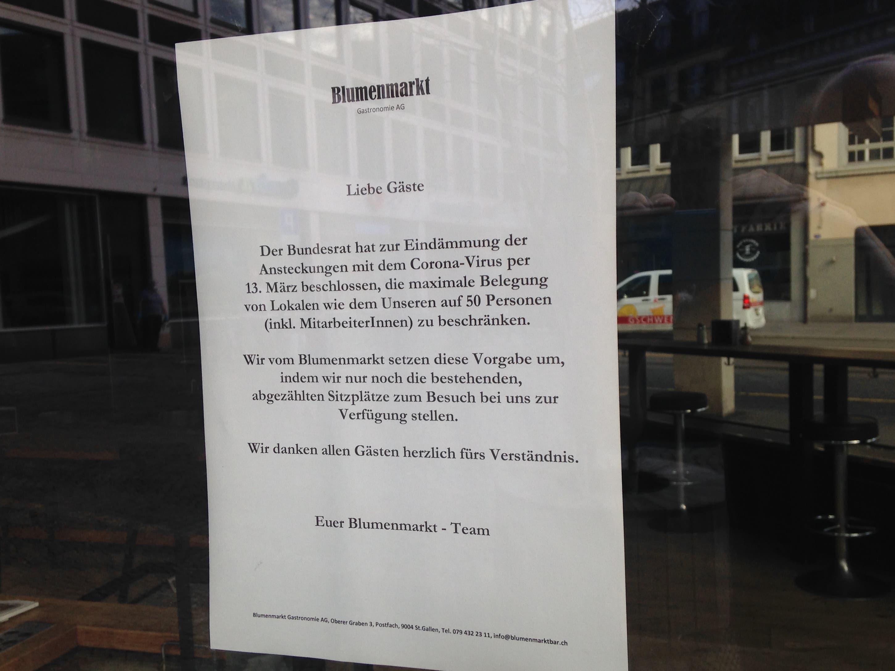 Einzelne hinken am Dienstagmorgen auch noch der Realität hinterher - wie im Bild das Café Blumenmarkt. Die Regel mit nicht mehr als 50 Personen wurde vom Bundesrat am Montag kurzfristig durch ein Öffnungsverbot ersetzt.