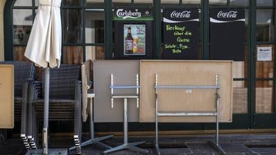 Ein geschlossenes Restaurant bietet den Verkauf über die Gasse an. (Bild: Georgios Kefalas / Keystone)
