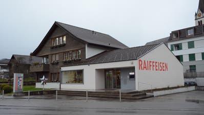 Die Raiffeisenbank Unteres Toggenburg – hier die Filiale Bütschwil – kann aktuell nicht über die geplante Fusion mit der Raiffeisenbank Neckertal abstimmen lassen. (Bild: Beat Lanzendorfer)