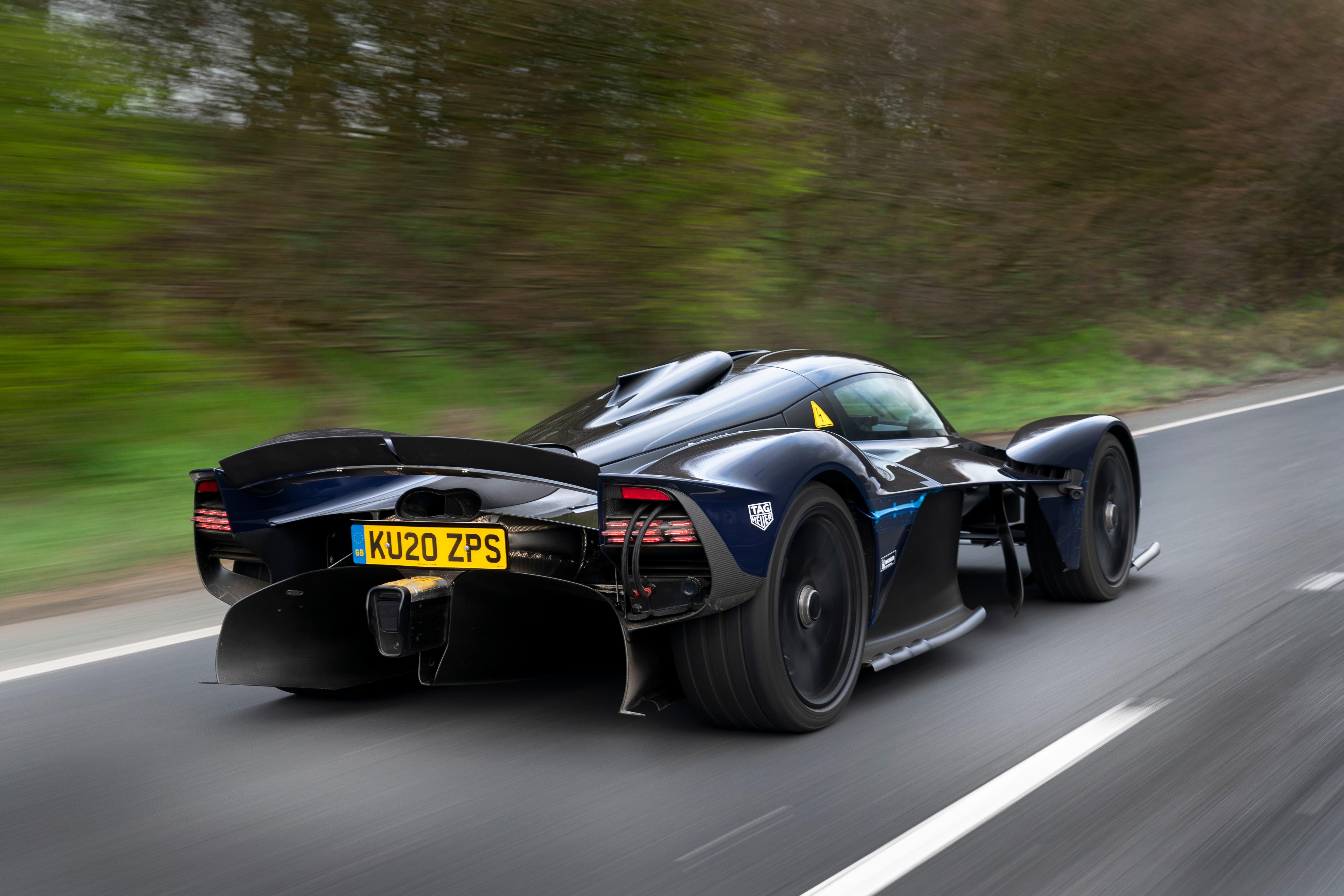 """Tatsächlich schreit alles am Valkyrie nach Formel 1: Der """"Venturi-Tunnel"""" unter dem Auto sorgt für hohen Anpressdruck, das Chassis in Monocoque-Bauweise ist komplett aus Carbon. Ausserdem soll der Rennwagen mit einem Energierückgewinnungssystem ausgestattet sein, das ebenfalls aus der Formel 1 stammt."""