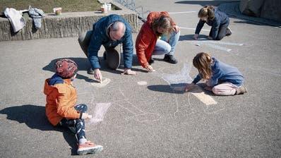 So schön ist Notbetreuung: Die meisten Kinder, welche die Primarschule Rotmonten-Gerhalde besuchen, bleiben aber daheim. (Bild: Ralph Ribi (St.Gallen, 19.3.2020))