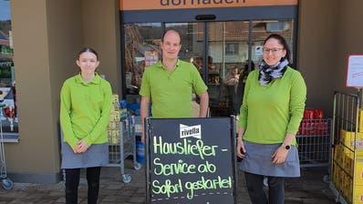 Philipp Arnold mit zwei Mitarbeiterinnen vor seinem Dorfladen in Schlierbach. (Bild: PD)