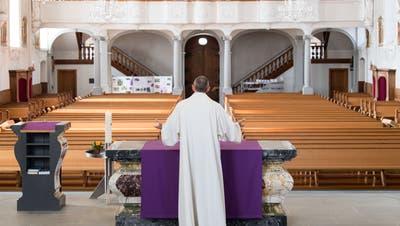 Pfarreileiter Christof Hiller zeigt, wie eine mediale Messe mit Kameraübertragungin der katholischen Kirche von Ruswil funktioniert. (Bild:Eveline Beerkircher (Ruswil, 19. März 2020))