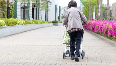 Eine ältere Dame unterwegs mit dem Rollator. ((Bild: Getty))