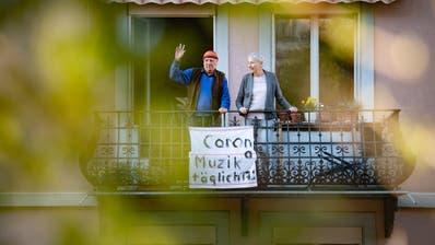 Balkon statt Konzertlokal: Richard Butz spielt jeden Tag von 17 bis 17.30 Uhr an der Rotachstrasse 5 in St.Gallen Musik vom Balkon. Neben ihm steht seine Lebenspartnerin, die Autorin Christine Fischer. (Bild: Urs Bucher)