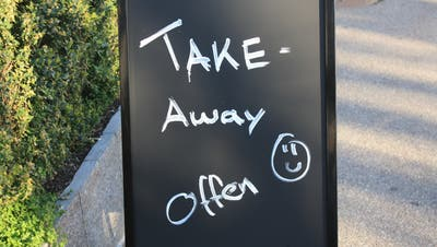 Schild Take-away vor Restaurant Farnsburg in Liestal (Simon Tschopp / bz Zeitung für die Region)