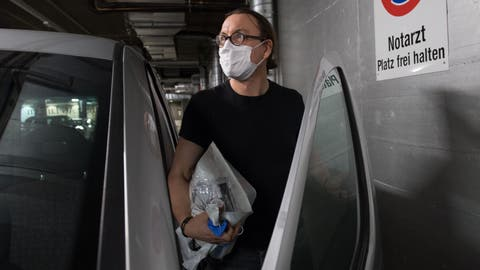 Ein Arzt der Permanence ist auf dem Weg zu einem Patienten, um den Corona-Test vor Ort durchzuführen. ((Bilder: Eveline Beerkircher, Luzern 19. März 2020))