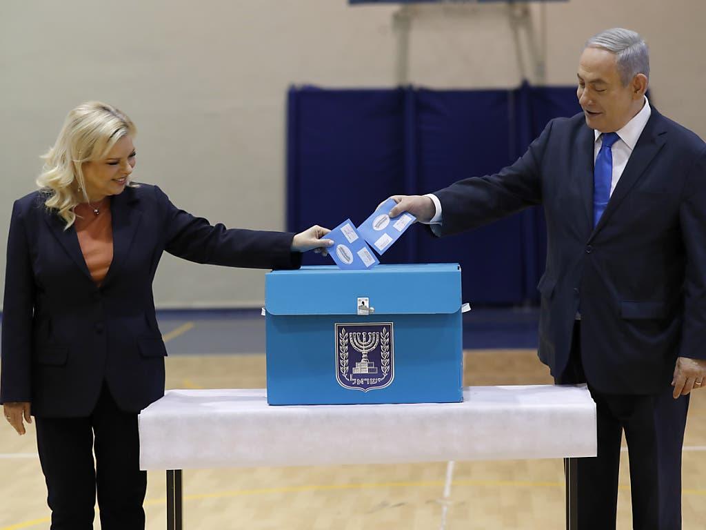 Der israelische Premierminister und seine Frau Sara geben ihre Stimmen für die Parlamentswahl ab.
