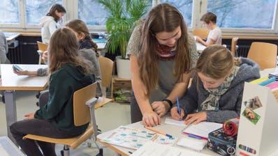 Experiment im Schulhaus Feldli-Schoren: Statt Hausaufgaben zu Hause lösen, gibt es eine Lernzeit im Klassenzimmer. (Bild: Lisa Jenny)