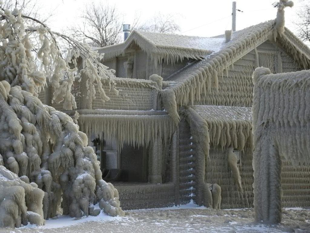 Bilder wie aus dem Disney-Hit «Die Eiskönigin»: Von einer dicken Eisschicht bedeckte Häuser in der Stadt Hamburg am Ufer des Eriesees im US-Bundesstaat New York.
