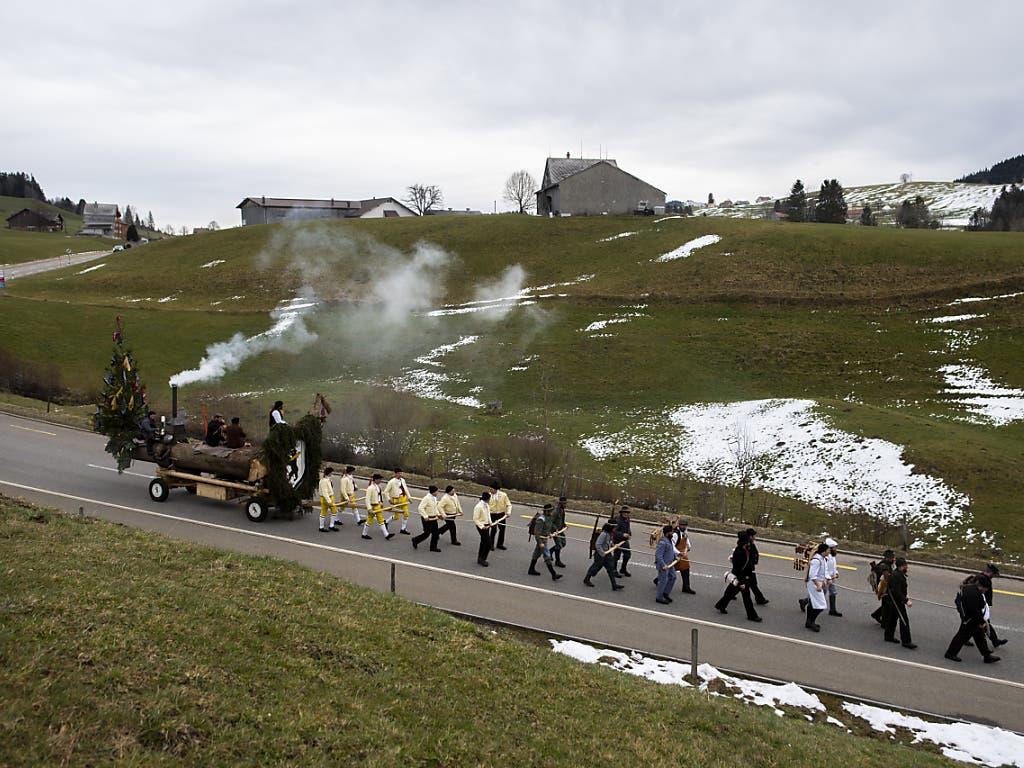 Der Blochmontag markiert in Appenzell Ausserrhoden das Ende der Fasnachtszeit. Verkleidete Männer ziehen dabei einen Baumstamm durch die Dörfer des Appenzeller Hinterlandes.