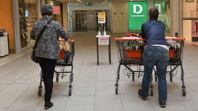 Einkäufe sind in Uri für Über-65-Jährige wieder erlaubt. Dennoch wird ihnen geraten, diese von jüngeren Personen erledigen zu lassen. (Bild: Urs Hanhart (Urnertor, Altdorf, 17. März 2020))