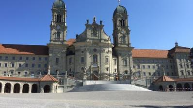 Leergefegt: Der Klosterplatz in Einsiedeln in Zeiten des Corona-Virus. (Bild: Kari Kälin)
