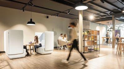 Die «Walk-in Stores» von Ylex geben sich jung, modern und persönlich mit Stehtischen, Sitzgruppen und Sofanischen für Rechtsberatungen.