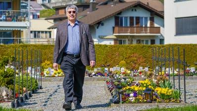 Elmar Rotzer, Diakon und Gemeindeleiter, auf dem Friedhof in Ennetbürgen. (Bild: Adrian Venetz (19. März 2020))