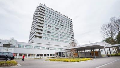 Der ausgediente Bettenturm des Spitals Frauenfeld könnte zur Corona-Nofallstation werden. (Bild: Andrea Stalder)