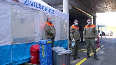 Sie kontrollieren den Zutritt und regeln den Personenverkehr bei den Eingängen des Spitals Muri: Angehörige der Zivilschutzorganisation Freiamt. (Bild: Eddy Schambron)
