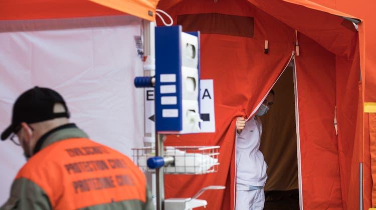 Eine Triage-Station vor einer Klinik im Tessin. (Keystone)