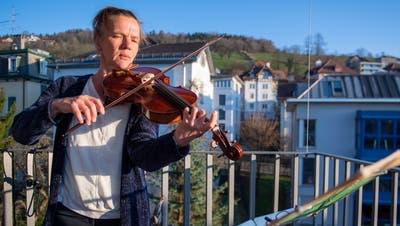 Die Bratschistin Corinna Pestalozzi spielte auf ihrem St.Galler Balkon Musikvon J. S. Bach. (Bild: Urs Bucher)