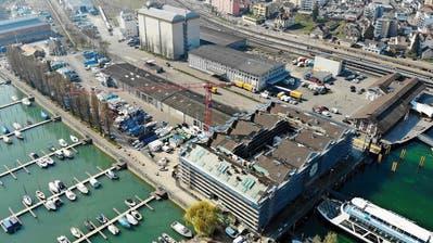 Blick auf die Baustelle des Kornhauses (rechts) und das dahinter liegende Gelände, das zum Hafenpark werden soll. ((Bild: Reto Martin))