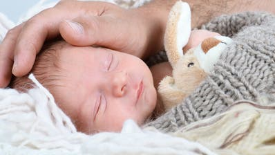 Väter können die Geburt ihres Kindes trotz Corona miterleben – danach gilt aber teils Besuchsverbot. (Bild: Fotolia)