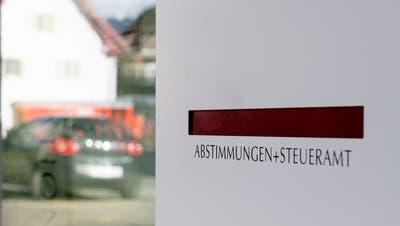 Hier gehen bald die Wahlzettel der Stanserinnen und Stanser ein: Der Abstimmungsbriefkastenbeim Gemeindehaus Stans. (Bild: Nidwaldner Zeitung (18. Februar 2020))