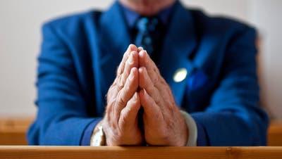 Jemand faltet die Hände zum Gebet. (Alessandro Della Bella / KEYSTONE)