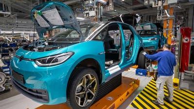 Da wurde noch gearbeitet: VW-Mitarbeiter im Werk im ostdeutschen Zwickau. Nun schliessen Autobauer rund um die Welt Fabriken vorübergehend. (Uwe Meinhold/EPA (25. Februar 2020))