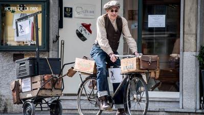 Das Restaurant Lapin liefert das Essen neu nach Hause: Mittags macht sich der Velokurier Mario Johannes Waser auf den Weg. (Bild: Nadia Schärli (Luzern, 23. März 2020))