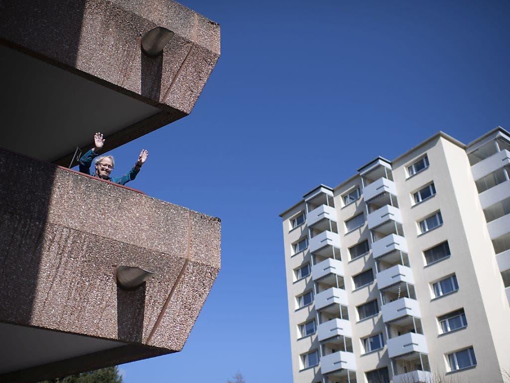 Unter Quarantäne und doch gut gelaunt: Ein Bewohner der Valida, eine Institution für Menschen mit Beeinträchtigung in St. Gallen, macht auf dem Balkon Turnübungen. Der 71-Jährige darf für ein paar Tage sein Zimmer nicht verlassen.