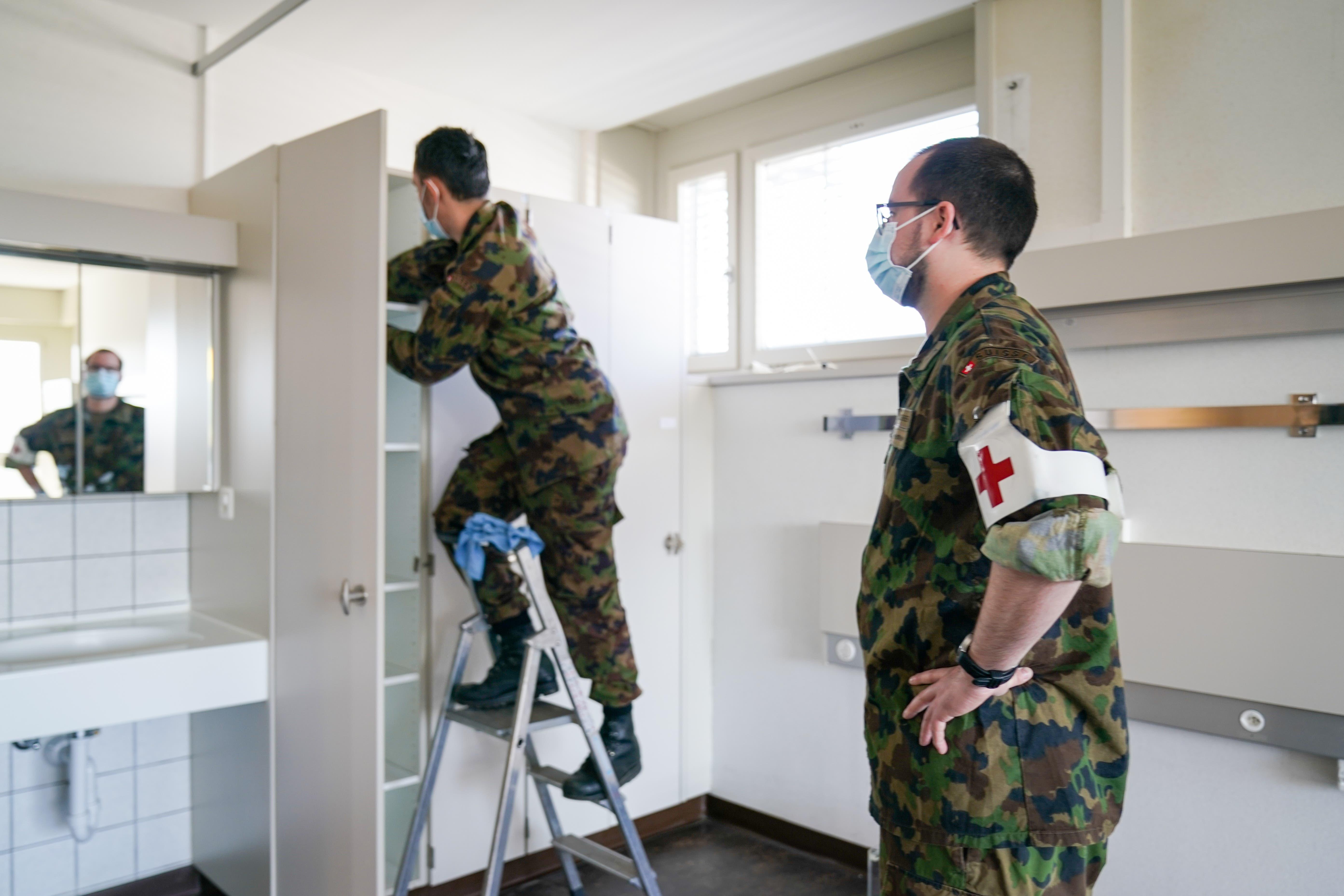 ... Soldaten des Spitalbataillons 75 im Einsatz. Sie bereiten...
