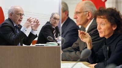 2020Coronakrise: Die SVP-Bundesräte Ueli Maurer und Guy  Parmelin stellen das Rettungspaket vor. 2008 Finanzkrise: Eveline Widmer-Schlumpf, Pascal Couchepin und SNB-Chef Roth präsentieren UBS-Plan. (Keystone/Montage_CH Media)