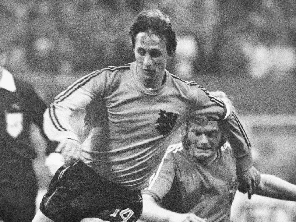 Johan Cruyff (links) in einem Spiel der WM 1974 gegen den Schweden