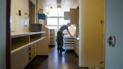 Ein Spitalsoldat der Armee im Einsatz im Kantonsspital Frauenfeld. (Bild: Raphael Rohner)