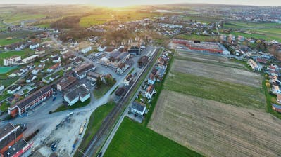 Der Bahnhof Egnach ist in der Bildmitte. Links davon befindet sich das Thurella-Areal, rechts des Geleises das Luxburgerfeld. (Bild: Manuel Nagel)