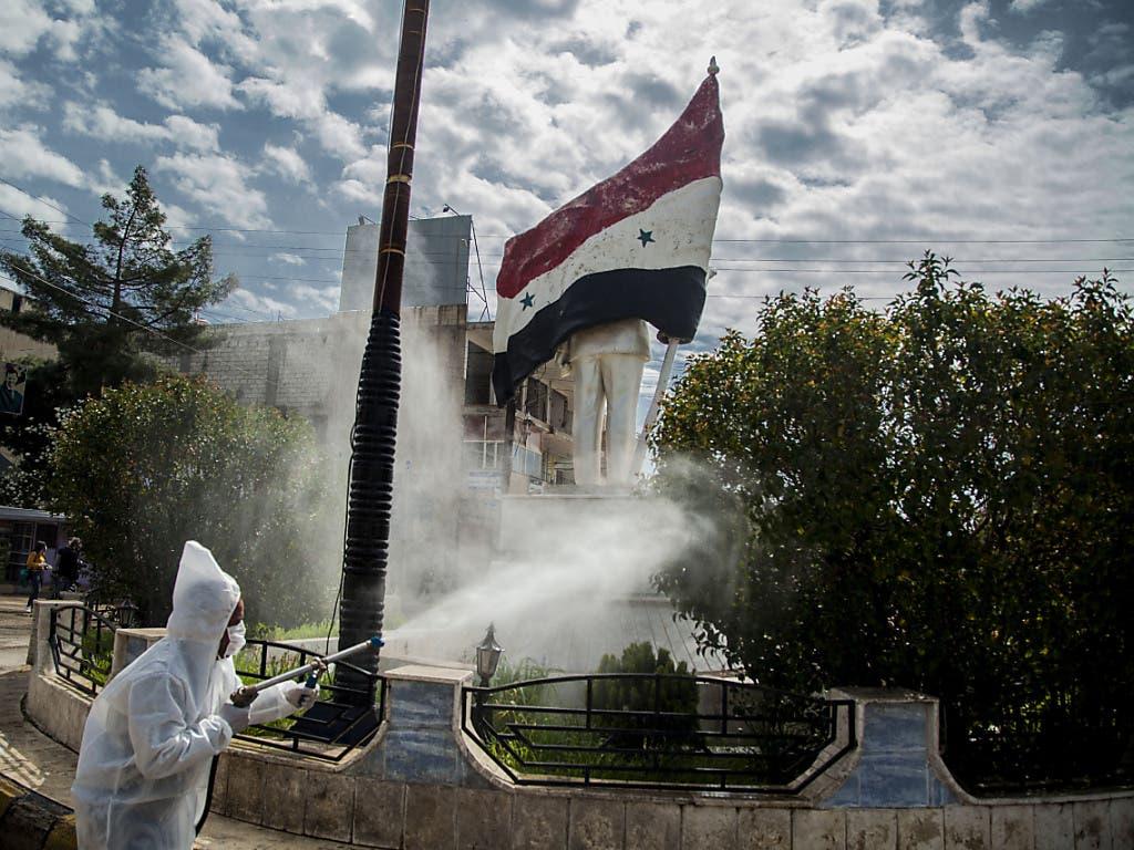 Ein Arbeiter desinfiziert in der syrischen Stadt Kamischli die Strassen.