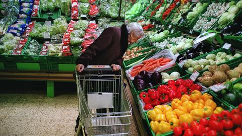 Entspannt alleine shoppen: Das soll für über 65-Jährige möglich werden, sagt Immunologe Beda Stadler. (Keystone)