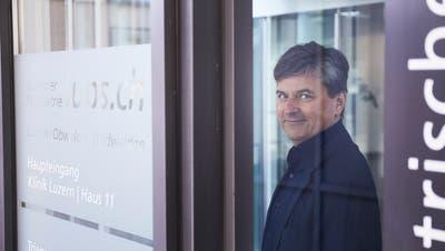 Julius Kurmann beim Eingang der Klinik Luzern der Luzerner Psychiatrie auf dem Kantonsspital-Areal (Bild: Jakob Ineichen (24. März 2020))